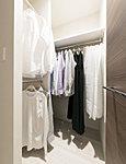 主寝室(洋室1)には衣類などをたっぷりと収納できるウォークインクローゼットを採用。夏物・冬物の衣類をしっかりと整理収納することができます。