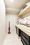 お客様用の布団や大型季節用品などの収納に便利なストレージルーム。毎日使う日用品の出し入れもスムーズ。置きたいものを、無理なく置ける広さが魅力です。
