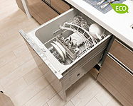 多くの食器を効率良く洗え、省エネ・節水効果にも優れた食器洗浄乾燥機。使いやすいビルトインの引き出しタイプです。