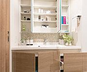 三面鏡の裏側は、化粧品や小物など、必要なものがきれいに収まります。