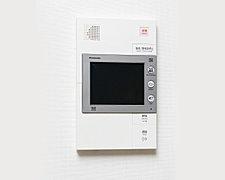 エントランスの来訪者をカラーモニターの映像と音声で確認できます。ボタンを押して通話できるハンズフリータイプ。来訪者の映像は、自動的に録画されます。