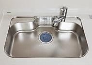 食器を洗う際の水はね音を抑え、大きな鍋も洗いやすい静音仕様のワイドシンクを採用。
