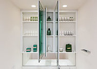 三面鏡裏には、散らかりやすい洗面小物もすっきりと片付く収納スペースをご用意しています。