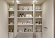 鏡の後ろに収納を設置。必要な洗面用具等をスッキリ収納できます。