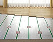 リビング・ダイニングには、温風によるホコリの巻き上げや空気乾燥の心配がなく、足元からクリーンに暖める床暖房を設置します。
