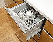 後片付けの手間を省く食器洗い乾燥機を標準装備。手洗いに比べて使用水量も低減できるので、水道代の節約にも繋がります。