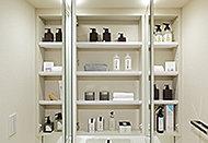 三面鏡裏に収納スペースを確保。化粧小物や洗面用具などを、すっきりと整理できます。
