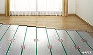 リビング・ダイニングの床には、部屋を足元から暖める床暖房を設置。温水式なのでホコリを巻き上げず、室内の空気を汚さないクリーンな暖房です。