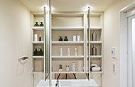 三面鏡裏に収納スペースを確保。化粧小物や洗面用具などを、すっきり整理できます。