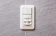 人の動きによる熱を感知して自動的に点灯する時間センサースイッチを玄関に設置しました。
