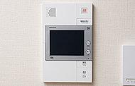 お客様の来訪時、住戸内から音と映像で確認できるインターホンを採用。録音機能付きなので留守中の来客の確認もできます。