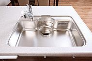 大きなものも洗えるワイドなキッチンシンクは、水はねの音を軽減する静音タイプです。