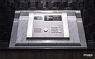 エントランスにオートロックシステムの操作盤を設置。鍵、または各住戸に設置されたTVモニター付インターホンで解錠することができます。