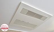 寒い日の予備暖房や換気、雨の日の洗濯に便利な浴室換気乾燥暖房機を標準装備しています。