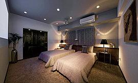 穏やかで静穏な空気感が漂う主寝室。ゆとりの空間設計が、プライベートな時間を優しく包み込んでくれます。
