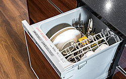 面倒な後片付けの手間をグンと減らす便利な食器洗い乾燥機を標準装備。低騒音仕様で静かな運転音です。※当社施工例
