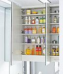 髪型などがチェックしやすい三面鏡を採用。鏡内には、小物やストック品がたっぷり収納できるスペースを確保しています。