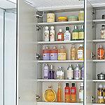 髪型などもチェックしやすい三面鏡を採用。鏡内には、小物やストック品がたっぷり収納できるスペースを設けています。