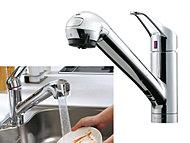 用途によって蛇口を引き出せるシャワーノズル式ビルトイン浄水器水栓を採用。エコシャワー機能で節水効果もプラス。 [タカギ水工房エコ]
