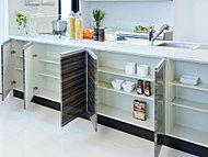 ダイニング側に、お皿やグラス、小物などを収納できます。スペースを有効活用する、うれしいアイデアです。