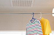 浴室使用後の水滴や湿気を排出し、カビの発生やいやなニオイを防止します。衣類乾燥や冬場の予備暖房もできます。
