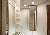 裏に豊富な収納スペースを確保した三面鏡。ドライヤーフックなど便利な機能を備えています。