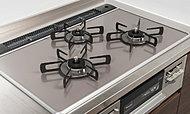 フライパンが落ちても割れにくいハイパーガラストップコンロを採用。油汚れなどをサッとひと拭きで落とせます。(標準)