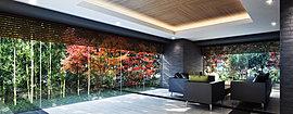 ガラスで囲われたラウンジスペースは、移ろいゆく四季の景を切り取ったアートを眺める、プライベートギャラリーのような空間。 床に敷かれたブラックとホワイトのモノトーンデザインタイルが色とりどりの植栽を一層引き立て、深い安らぎで満たされます。