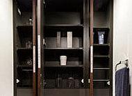 小物類から化粧品のストックまですっきり片付く収納スペースを確保しました。