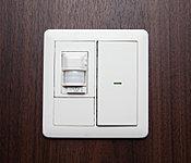 玄関では人感センサーにより照明が自動点灯。暗がりでのスイッチ操作が不要でとても便利です。