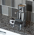 ワンタッチで水とお湯を使い分けられる、シングルレバー混合水栓。吐出口部を引き出すことができボウルのお手入れに便利です。