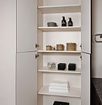 サニタリー用品等の収納に便利なリネン棚を設置。整理された空間を保てます。