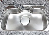 大きな鍋や野菜なども洗いやすく、家事効率を高めるワイドシンク。水栓はオフセットされ洗い物の際の邪魔になりません。