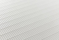 切り出した石をそろえたような表面パターンにより水はけをする加工を施した床。水の表面張力を壊す効果により、乾きやすくお手入れも簡単です。