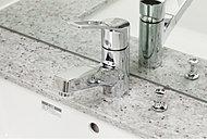 ワンタッチで水とお湯を使い分けられる、シングルレバーマルチ混合水栓。ノズルヘッドを引き出すことができ便利です。