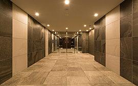 開放感あふれる温かい空間が住まう人にぬくもりと安らぎを与えてくれるエントランスホール。