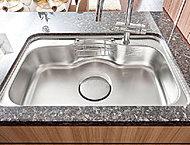 シンクに当たる水や食器の音を軽減。大きい鍋を置くことが出来る形状と、排水を防げない排水口の工夫もうれしい配慮。※2