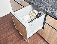 食器の片付けに便利な食器洗い乾燥機を標準装備。スライド収納型なので立ったままで使えます。※2