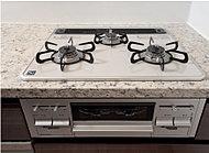 ガスコンロはハイパーガラスコートトップを採用。左右のバーナーは高火力・トロ火が使用可能。グリルは上下2つのバーナーで同時加熱するため、食材を裏返す手間がかかりません。(一部タイプのぞく)