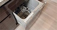 キッチンにすっきりと収まるビルトインタイプの食器洗い乾燥機を装備。難しい操作が不要なクイックスタート機能付きなので、どなたでも手軽にお使いいただけます。(一部タイプのぞく)