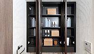 洗面化粧台にはメイクにも便利な三面鏡を採用しています。内部は収納になっており、化粧品類などの小物がすっきり片付きます。