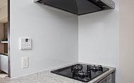 お手入れが簡単で汚れが付きにくいホーローパネルを採用。マグネット対応で調理小物を掛けることができ便利です。