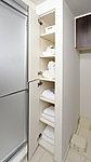 洗剤や石鹸、シャンプー類などのストックや、タオルなどもすっきりと片づけられるのでとても便利です。