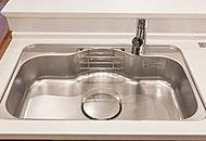 流水音を軽減する低騒音仕様のシンクを採用。大きな鍋なども洗いやすいワイドな設計です。使いやすく耐久性にも優れています。