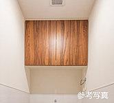 トイレットペーパーや掃除用具がスッキリしまえる便利な吊戸棚を設置しました。