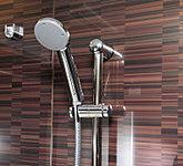 使う人や姿勢に合わせて、シャワーの高さと角度が調節できるシャワースライドバーを採用。