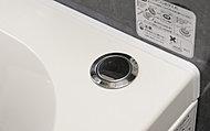 浴槽のボタンをプッシュするだけで、排水口を開閉。手を濡らさずにお湯を抜くことができます。