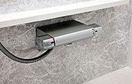 簡単に温度調節ができるサーモスタット水栓。熱湯がいきなり出てくるのを防止する機能を付けました。