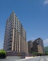 14階建て、全戸南向き、ワイドスパン住戸中心の1フロア2 ~ 4戸により、格別な眺望、開放感、採光・通風・プライバシーを確保しました。