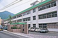 福岡教育大学附属小中学校 約1,650m(徒歩21分)